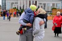 Толпа туляков взяла в кольцо прилетевшего на вертолете Леонида Якубовича, чтобы получить мороженное, Фото: 11