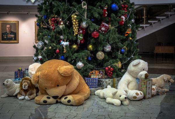 Надо же так было подобрать игрушки , что возникает ощущение, что зверушки скучают и ждут детей под ёлкой. Необычно на предновогодние праздники видеть ёлку без детворы,коронавирус. (Тульский музей оружия.)