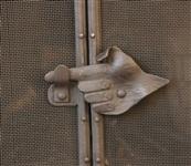 Пальцем показываем? Красиво! Засов каминной решетки в форме кисти руки вторит сюжету мозаики над камином., Фото: 18