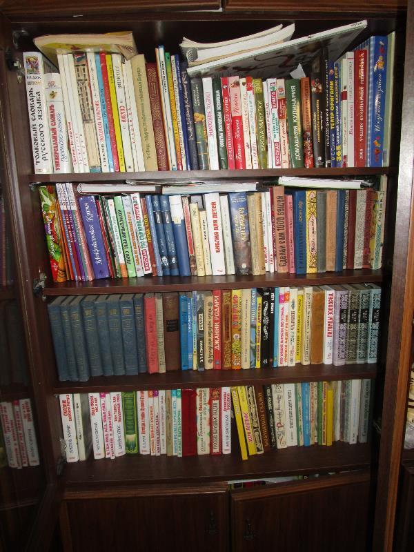 Моя коллекция. Книги стоят в два ряда. Есть еще и на полках