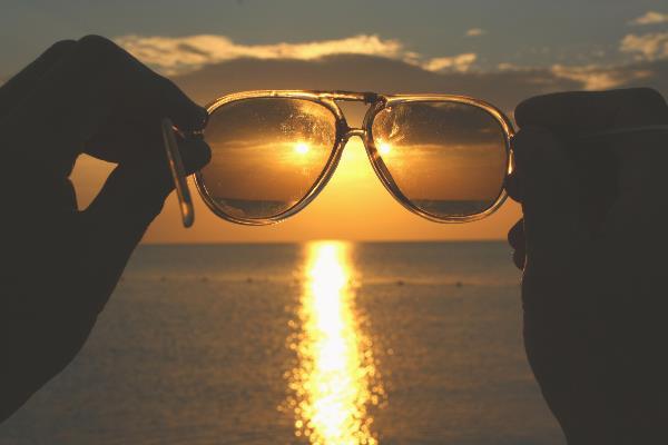 Очки и море
