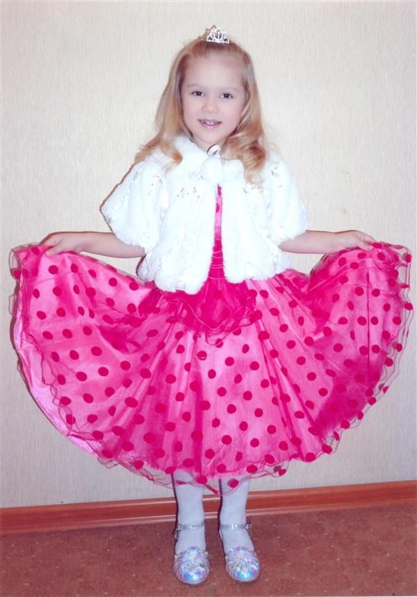 Ксения Костерина, 5 лет. Занимается в театральном кружке, рисует и танцует.