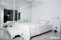 Белая спальня. В зеркалах шкафа отражается ванная, отделенная стеклянной перегородкой, Фото: 1