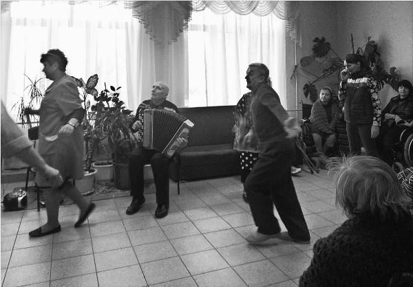 Вечеринка в одном из домов для престарелых и инвалидов области..