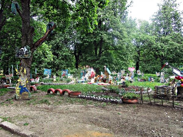 В нашем районе, напротив одного дома, сделали вот такой самодельный городок детский