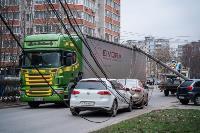 В центре Тулы на грузовую фуру упал электрический столб, Фото: 19