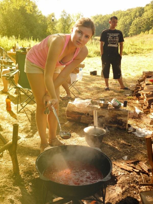 Вари, горшочек, вари! На фото я и 10 л борща, приготовленных в походных условиях :)
