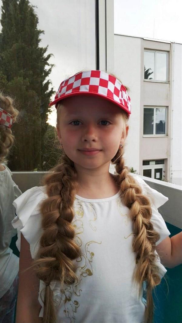 Перед финалом ЧМ Хорватия-Франция: кепка Хорватская, косы - Французские :)