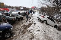 В Туле опрокинувшийся в кювет BMW вытаскивали три джипа, Фото: 36