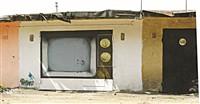 Выключенный старенький телевизор рядом с домом №33 по  улице Седова. Если и показывает, то только про жизнь в гараже. , Фото: 7