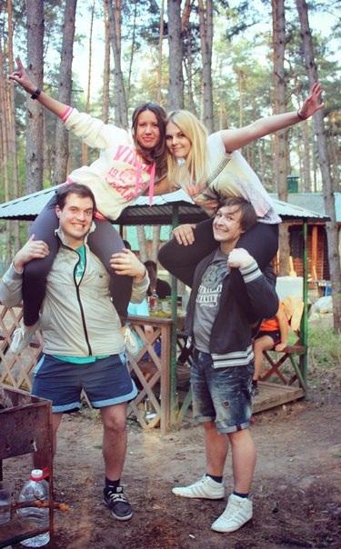 Кирилл Самохин (слева внизу), Ксения Панова (сверху слева), Кирилл Демидов (снизу справа), Вероника Панова (сверху справа). Шашлычки,дача, отличное настроение!!