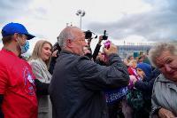 Толпа туляков взяла в кольцо прилетевшего на вертолете Леонида Якубовича, чтобы получить мороженное, Фото: 32
