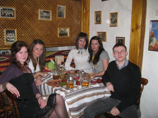 Мини-корпоратив прямо после работы)) Молодая зелёная продавец-кассир))