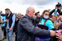 Толпа туляков взяла в кольцо прилетевшего на вертолете Леонида Якубовича, чтобы получить мороженное, Фото: 44