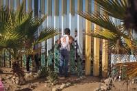Через стену — победитель в категории «Граница». Фотограф: Griselda San Martin Молодой человек ищет семью за ограждением, разделяющим Тихуану (Мексика) и Сан-Диего (Калифорния). Для многих иммигрантов эта стена — единственный способ встретиться с родными и поговорить., Фото: 4
