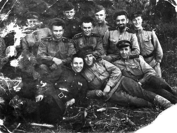 Дед  В.И.Родионов (в центре во втором ряду) 1943 год. Война застала на С.Кавказе.