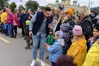 Толпа туляков взяла в кольцо прилетевшего на вертолете Леонида Якубовича, чтобы получить мороженное, Фото: 8