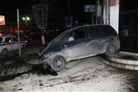 В центре Тулы после ДТП иномарка отлетела на ступени магазина , Фото: 1