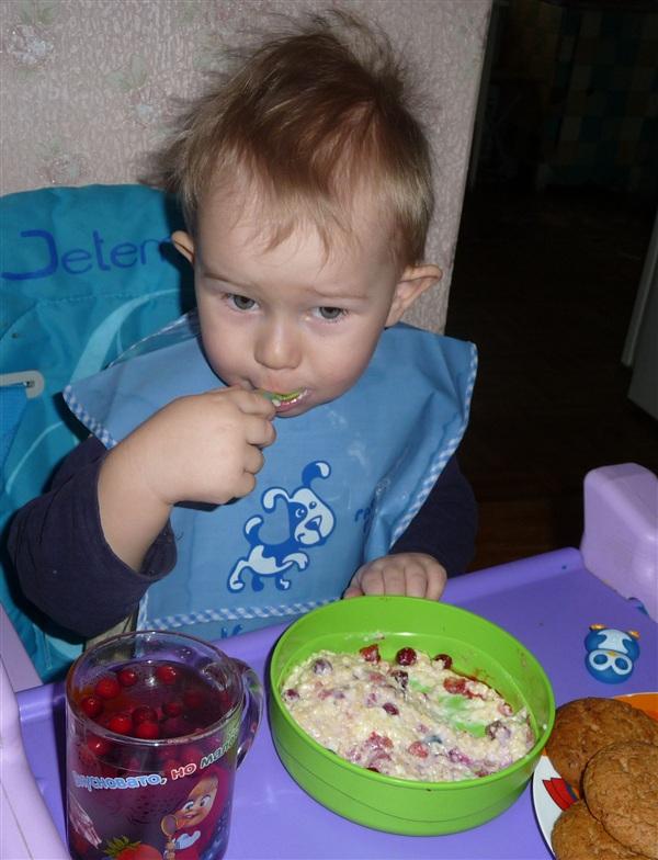 """Ванюшка Лавров, ест кашу приготовленную на молоке ТМК """"Бежин луг"""" (если кто-то не верит, могу сфоткать молоко в холодильнике) (фото сделано на днях)"""