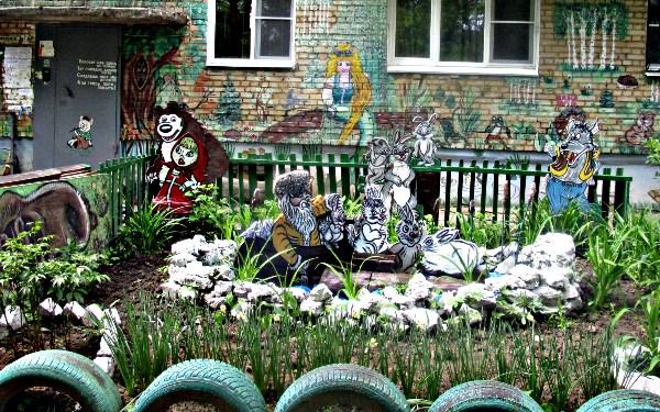 Вот такие вот украшения я видела в одном из дворов