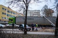 В центре Тулы на грузовую фуру упал электрический столб, Фото: 15