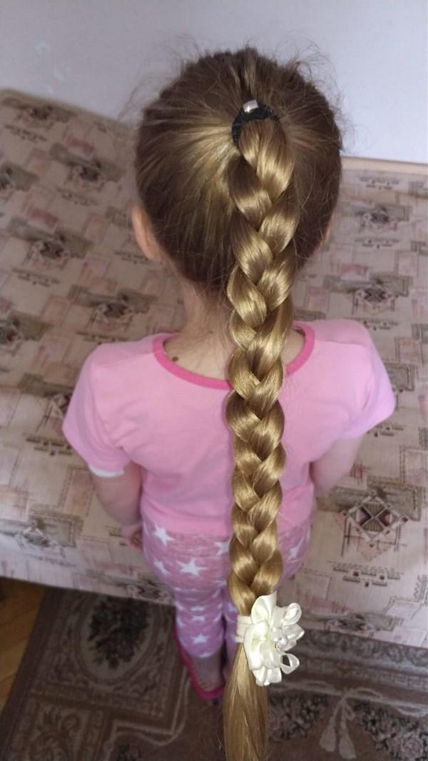 Папа может.... плести косы любимой доченьке
