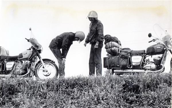 когда то давно - в 1986 году - трое молодых  парней Павел, Юра и  Валерий поехали на мотоциклах на Азовское море. Они и сейчас друзья, а наш ИЖ-Ю 3 стоит во дворе, как у Юры и Валеры  - не знаю... На фото - дождь - его не видно конечно.