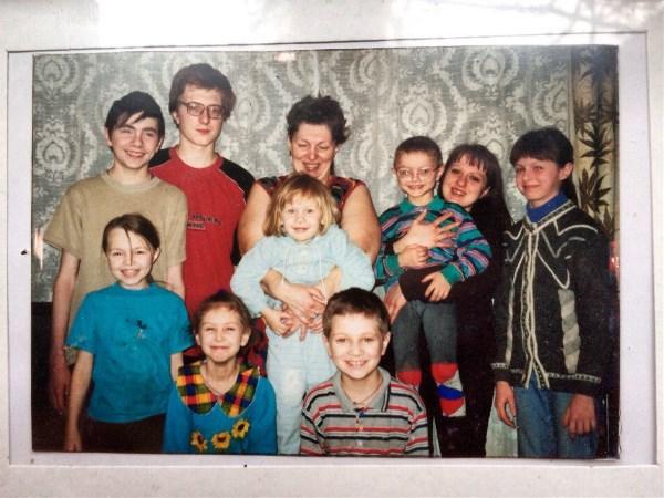 Этой фотке уже 14 лет. На ней наша огромная семья (только старшего брата на ней нет) и конечно же наша Мама с большой буквы. Мы очень её любим❤❤💋💋А теперь у нашей мамы помимо 10 детей ещё есть 2 внука и 4 внучки!☺