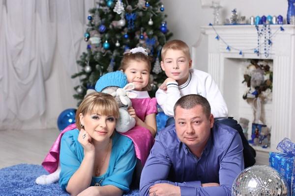 Семья - это радостный детский смех.  Семья - то, что в жизни нам дарит успех!  Пусть будут опорой друг другу родные,  И пусть всех минуют несчастья любые!