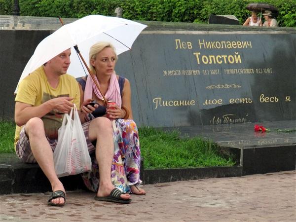 У памятника Льву Николаевичу Толстому.