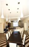 Столовую зону выделяет «полосатый» пол, «приподнятый» над столом потолок и два ряда светильников. , Фото: 6