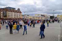 Толпа туляков взяла в кольцо прилетевшего на вертолете Леонида Якубовича, чтобы получить мороженное, Фото: 74