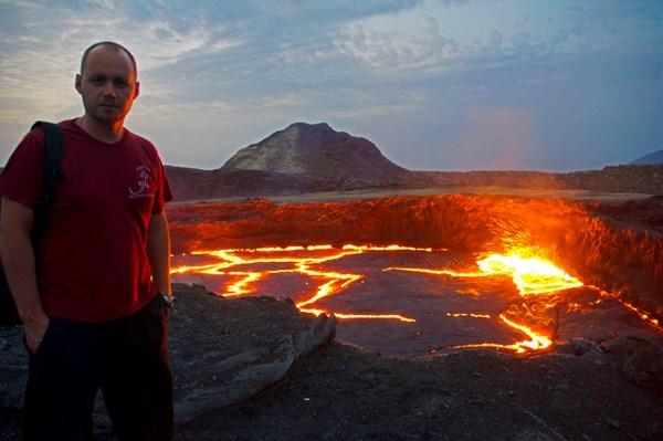 Кратер Вулкана Эрта-Але. Находится в Эфиопии в пустыни Данакиль. По некоторым источником данная пустыня является самым жарким местом на земле. Я был на вулкане в конце сентября температура в тени была +45. Подъем на вулкан производится ночью из-за большой жары, ночью температура +35 - +38. Тур к вулкану проводится обязательно как минимум на 2 машинах, на случай поломки одной из машин. Так же обязательна машина вооруженной охраны из-за близости с Сомали, так как уже были инциденты.