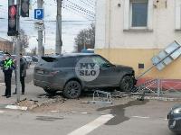 В Туле внедорожник врезался в бывшее здание УГИБДД, Фото: 3
