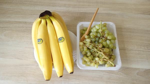 Мяса нет, но есть бананы, //  Виноград вместо сметаны. //  И тарелок тоже нет - //  Вот такой вот винегрет...