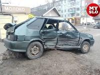На ул. Ложевой в Туле после столкновения ВАЗ вылетел на тротуар, Фото: 5