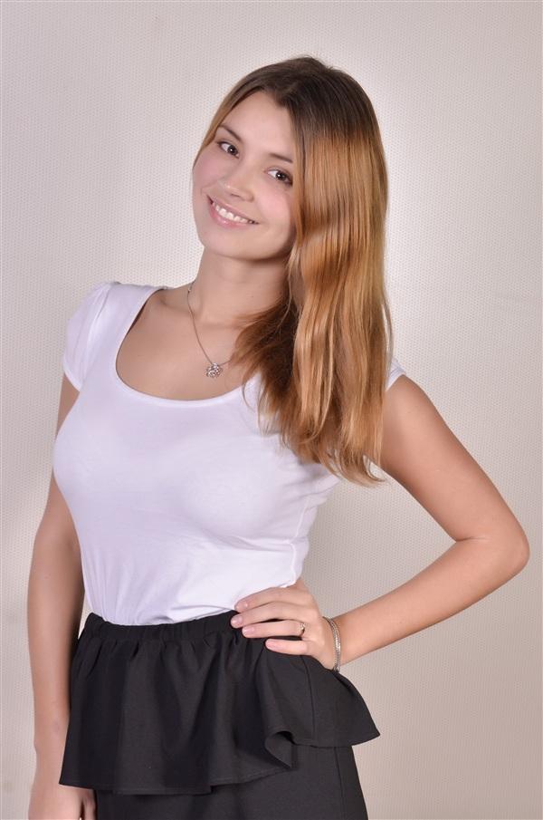 Анна Шомполова, 19 лет. ТулГУ, политический пиар.  Анна учится на факультете политологии и социологии, но мечтает стать журналистом и работать на телевидении. Любит петь эстрадные песни.