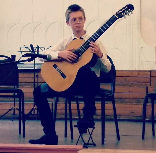Начинающий гитарист Алексей)
