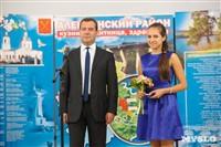 Дмитрий Медведев вручает медали выпускникам школ города Алексина, Фото: 3