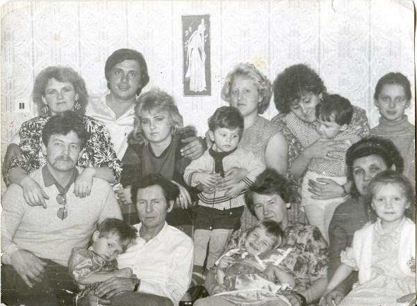 1989 год-наша семья на то время была такой,плюс 1 не в кадре-фотографирует. Малыши теперь сами родители