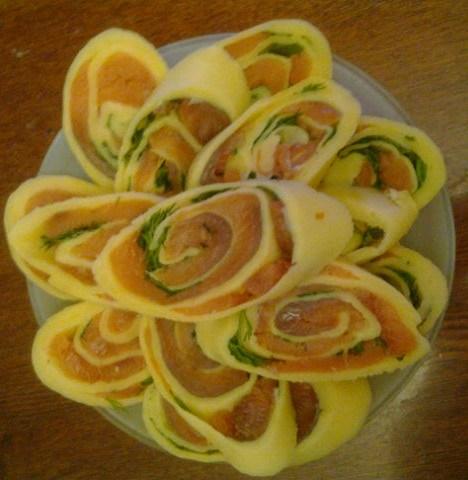 Сырный рулет с форелью,творогом и зеленью.