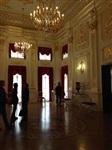 Внутреннее убранство Несвижского замка не похоже на привычные нам царские покои. Потолки низкие, все темное как будто закопченое. И это самая богатая в европе фамилия Радзивиллы владели чуть ни не всей казной, Фото: 2