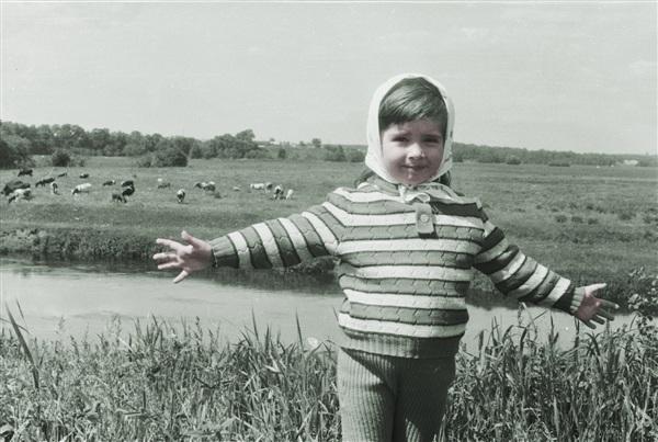 1992год. Олечка  В пять утра вставал он ровно,  Это было нелегко,  Он читал стихи коровам,  Те давали молоко.  День за днём промчалось лето,  Очень вырос наш поэт,  Ведь молочная диета  Благотворна для поэтов,  Если им всего шесть лет.