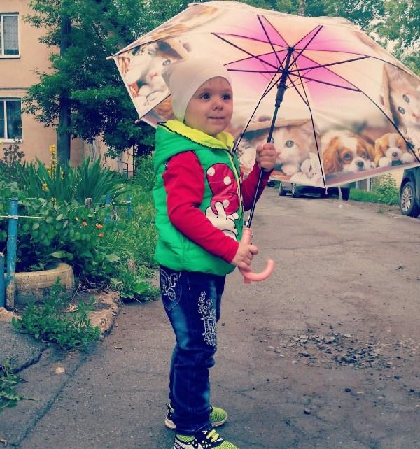 В небе тучка ой-ой-ой! Все бегут, спешат домой. Только я одна смеюсь, Чёрной тучки не боюсь. Не страшны мне дождь и гром, Я гуляю под зонтом!