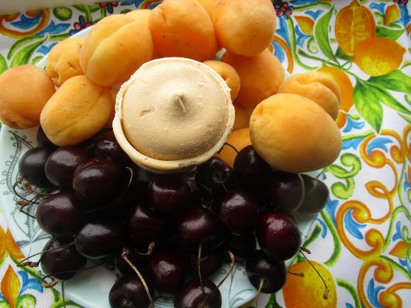 Мороженое на тарелке с черешней и абрикосами