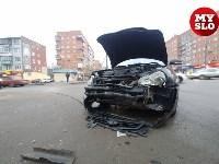 На ул. Ложевой в Туле после столкновения ВАЗ вылетел на тротуар, Фото: 9