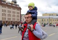 Толпа туляков взяла в кольцо прилетевшего на вертолете Леонида Якубовича, чтобы получить мороженное, Фото: 12