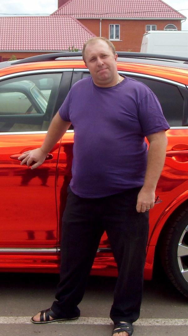 Александр Бобров, 43 года, вес 125 кг. Я всегда был доволен собой, занимался бодибилдингом, был подтянут и имел хороший пресс! Лишний вес набрал, и сам не заметил, думал, ерунда и сброшу. Нельзя сказать, что был неспортивным… Бегал по утрам, вёл активный образ жизни, но вес не уходил. И вот мой вес 125 кг. Сам не заметил, как из спортивного и подтянутого парня превратился в толстяка. Были и диеты, и походы в спортзал… Но всё не на пользу и без результатов. Очень хочу принять участие в вашем проекте, добиться успеха в борьбе с лишним весом, похудеть и стать как минимум подтянутым и, как говорится, быть в форме. Очень прошу вашей помощи и поддержки.