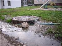 Засор в канализационном колодце в районе дома №2-Д по ул. Гарнизонный проезд, Фото: 2
