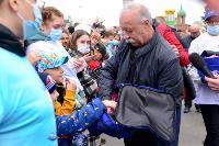 Толпа туляков взяла в кольцо прилетевшего на вертолете Леонида Якубовича, чтобы получить мороженное, Фото: 54